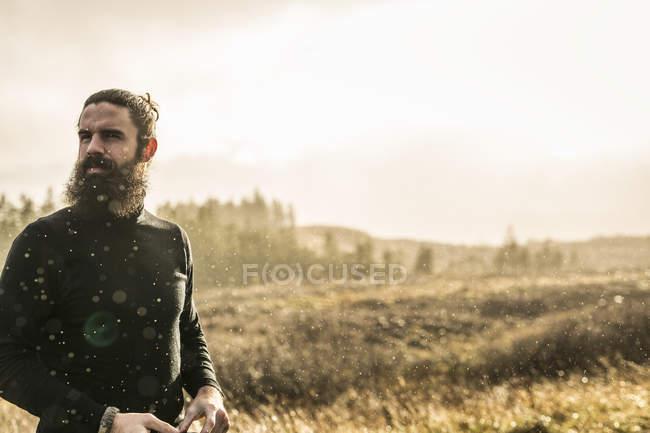 Mann im sonnendurchfluteten — Stockfoto