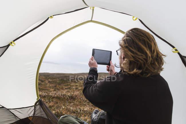 Uomo che cattura una foto con un tablet — Foto stock