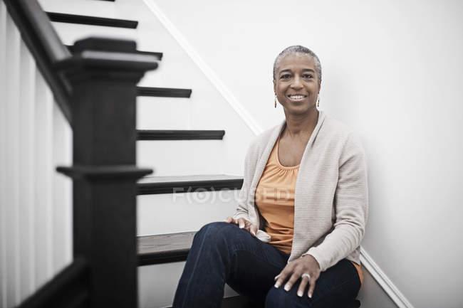 Женщина, сидящая на лестнице — стоковое фото