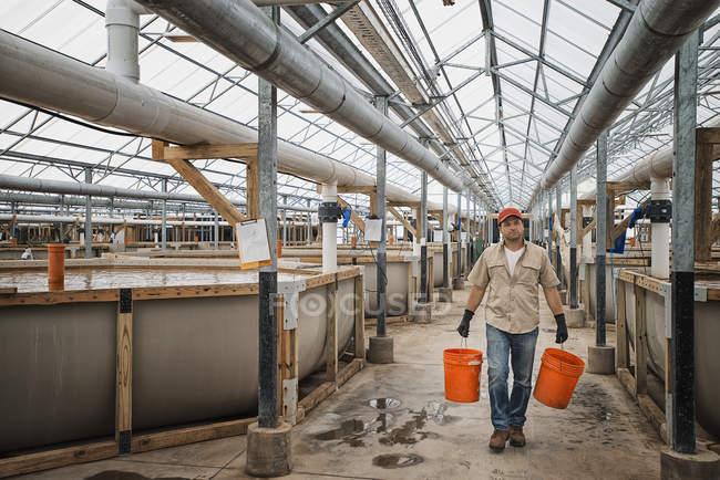 Интерьер здания крупной фермы рыб — стоковое фото