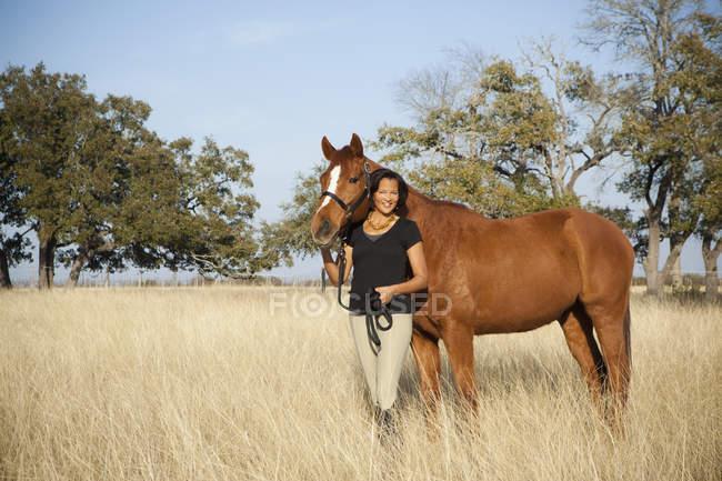 Mulher líder cavalo — Fotografia de Stock