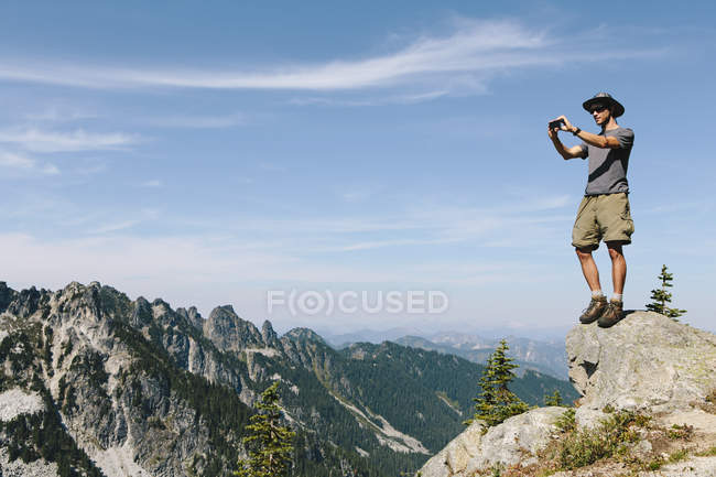 Мандрівного на гірських саміту — стокове фото