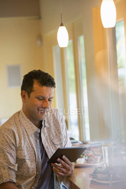 Man using a digital tablet — Stock Photo