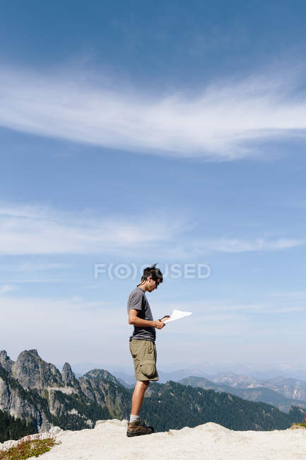 Hiker on the mountain summit — Stock Photo