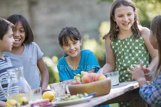 Группа детей вокруг стола — стоковое фото