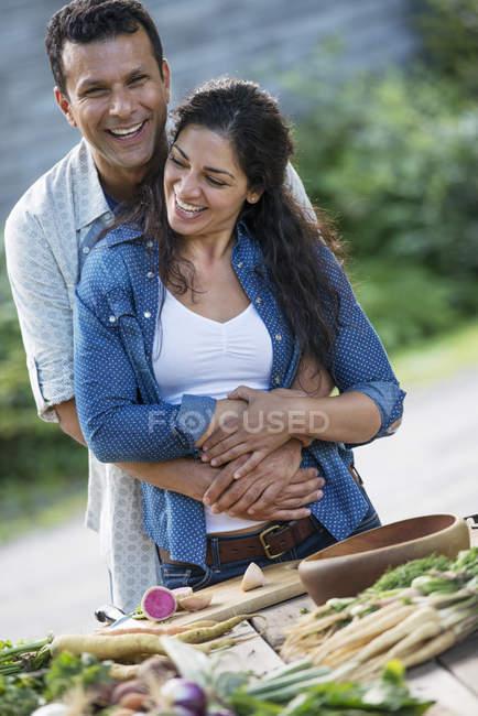 Пара, підтримуючи в саду — стокове фото