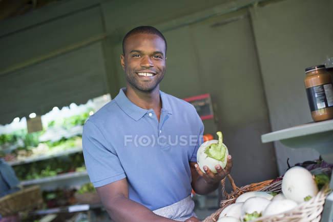 Man sorting vegetables. — Stock Photo