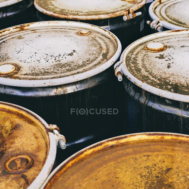 Grupo de barris corroídos enferrujados — Fotografia de Stock