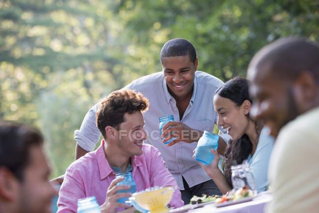 Люди, що мають їжею на відкритому повітрі — стокове фото