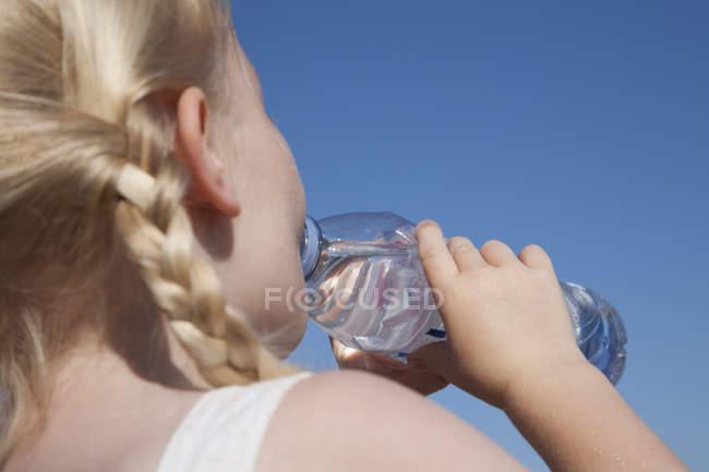 Chica beber agua - foto de stock