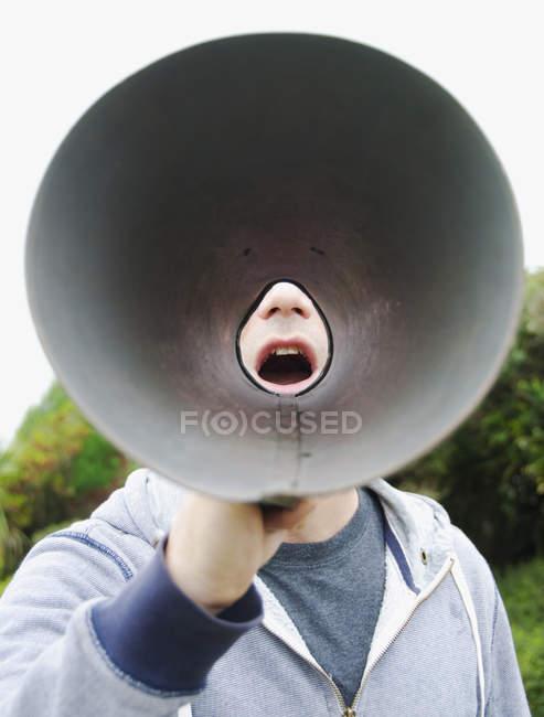 Человек с помощью мегафона — стоковое фото