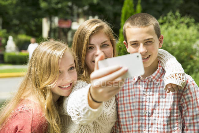 Adolescents posant et en tenant selfy — Photo de stock