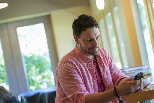 Человек с помощью смарт-телефона — стоковое фото