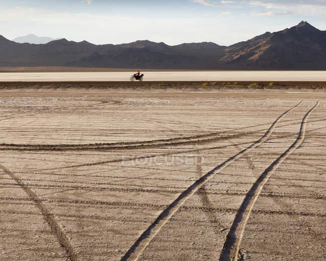 Marcas de pneu cruzando — Fotografia de Stock