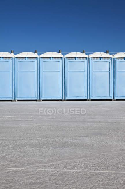 Reihe von mobilen Toiletten — Stockfoto
