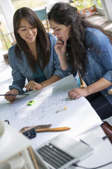 Due donne che lavorano insieme — Foto stock