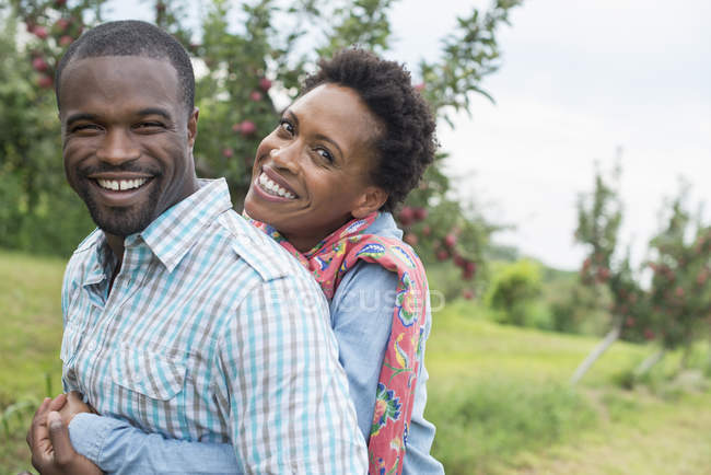 Couple hugging and smiling at the camera. — Stock Photo