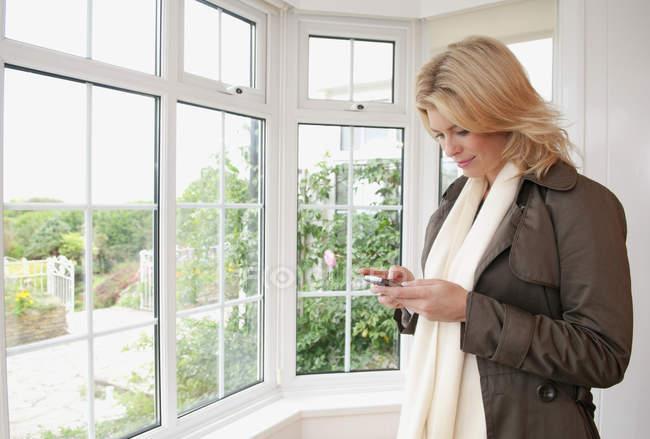 Mulher usando um telefone inteligente — Fotografia de Stock