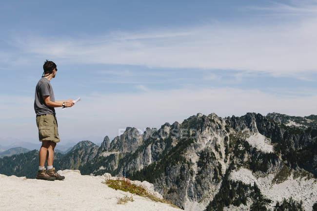 Caminhante no cume da montanha — Fotografia de Stock