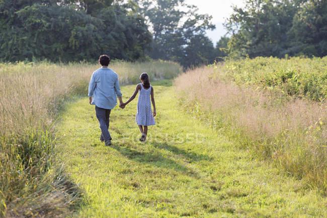 Homme et fille tenant la main. — Photo de stock