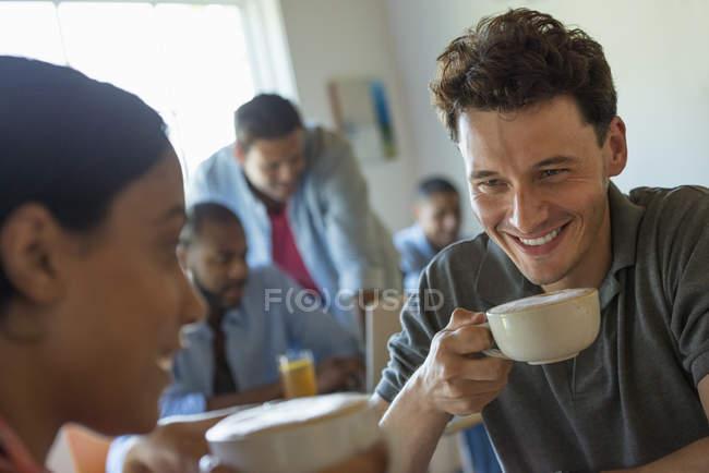 Uomini e donne nel caffè — Foto stock