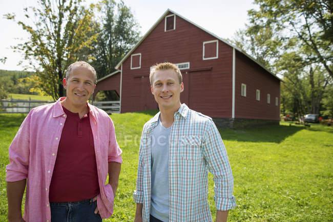 Dois homens numa quinta. — Fotografia de Stock