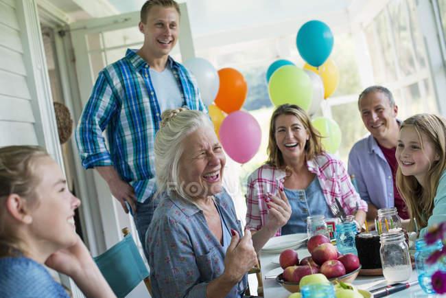 День рождения в фермерском доме кухня. — стоковое фото