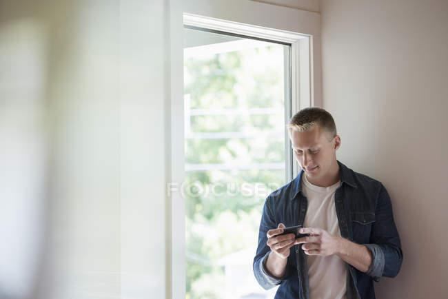 Человек с помощью смартфона . — стоковое фото