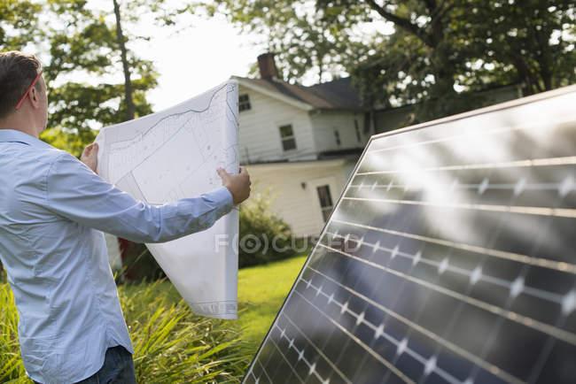 Людина з панелі сонячних батарей — стокове фото