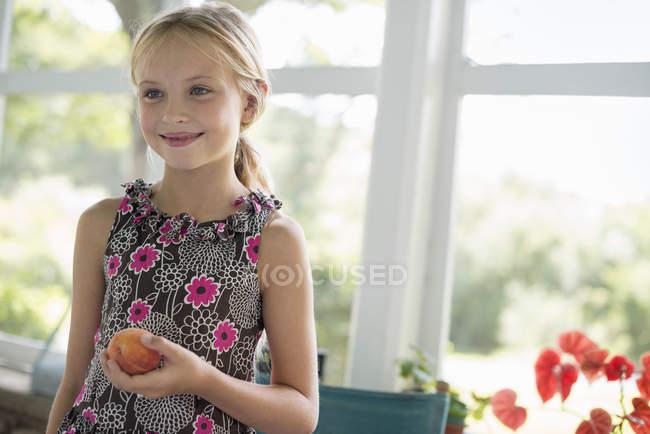 Дівчата тримають персиковий фрукти — стокове фото