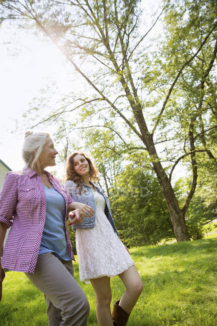 Mulheres andando no quintal perto da casa — Fotografia de Stock