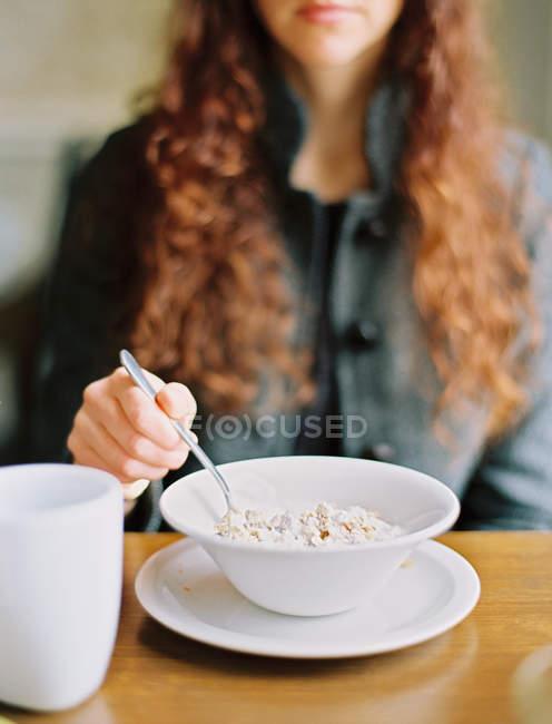Женщина ест завтрак Зерновые — стоковое фото