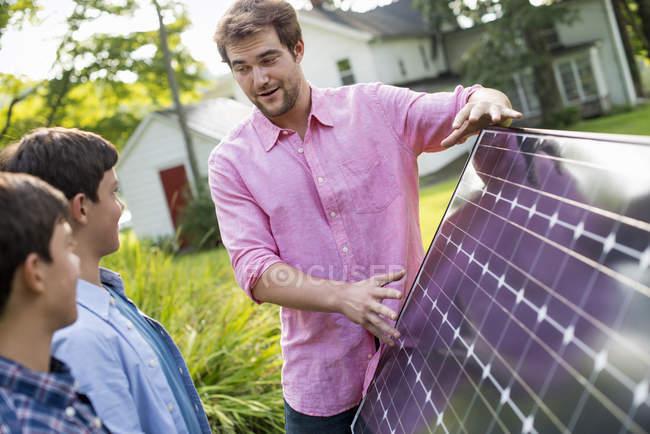Панель солнечных батарей в саду — стоковое фото