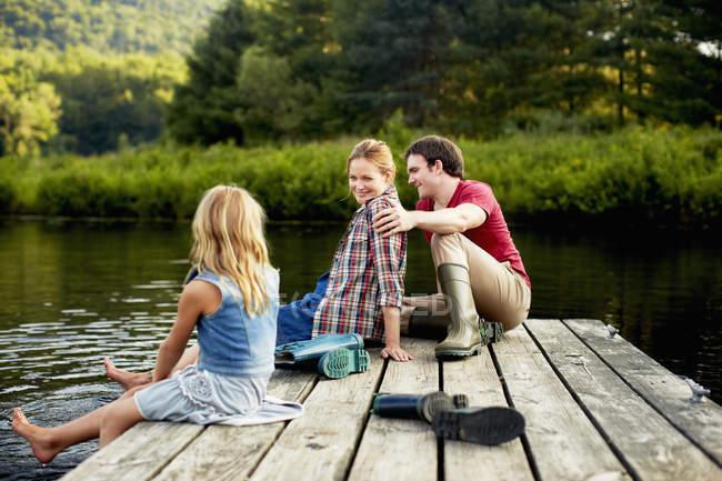 Persone che si rilassano su un molo — Foto stock