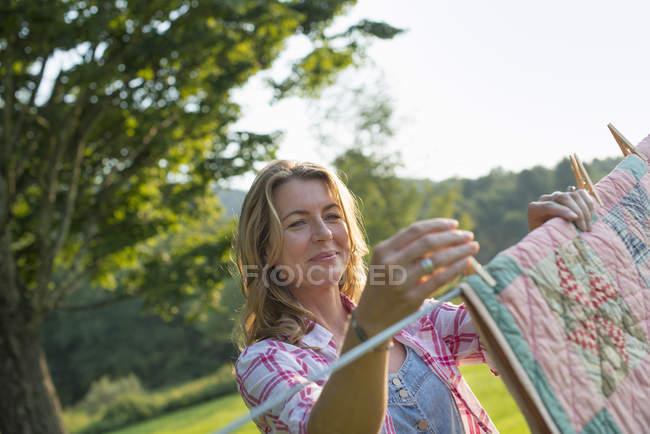 Woman hanging laundry on washing line — Stock Photo