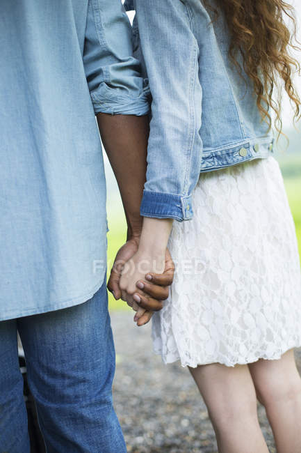 Paar hält Händchen. — Stockfoto