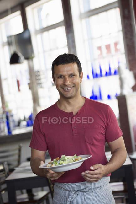 Официант, подающий еду . — стоковое фото