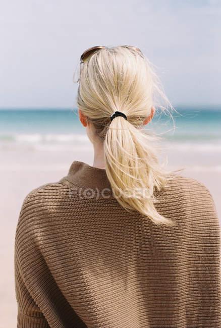 Женщина смотрит на море — стоковое фото
