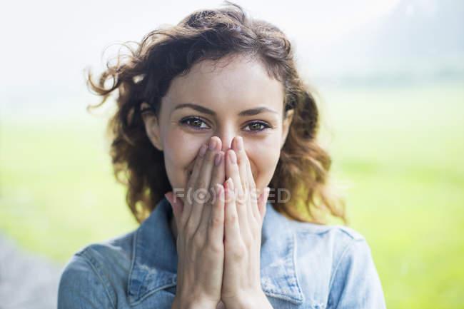Женщина закрывает лицо руками — стоковое фото
