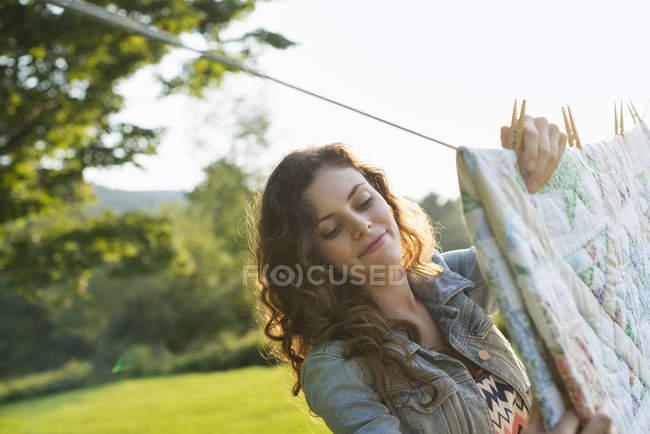 Frau hängt Wäsche an Waschschnur — Stockfoto