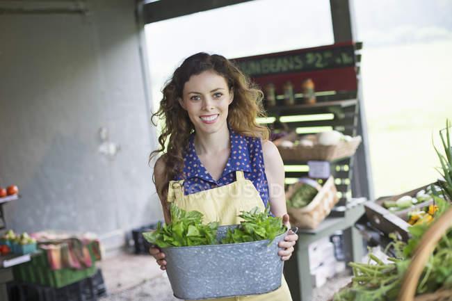 Mujer con hojas de albahaca - foto de stock