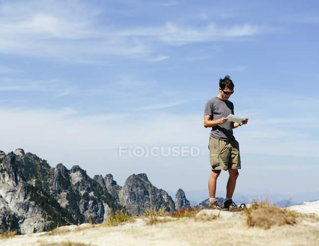 Hiker on the mountain summit — Stock Photo