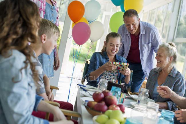 День рождения на фермерской кухне . — стоковое фото