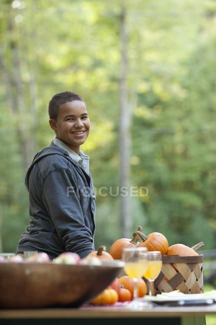 Junge an einem Tisch gelegt für eine Mahlzeit. — Stockfoto