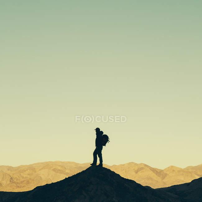 Escursionista in piedi sulla cima della collina — Foto stock