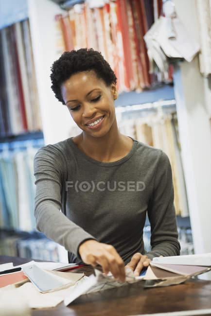 Mulher que trabalha numa loja de design — Fotografia de Stock