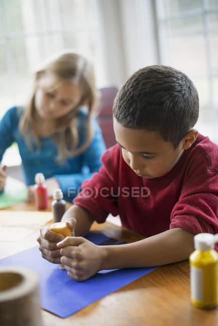 Дітей за допомогою програми paint створювати прикраси — стокове фото