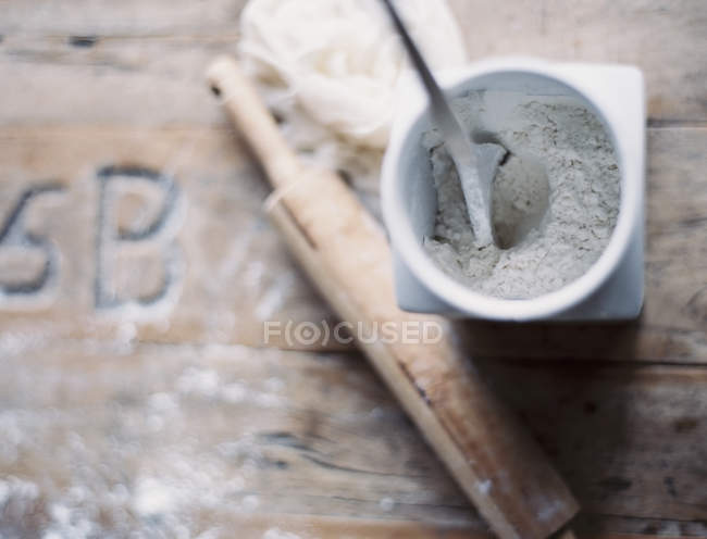 Rolling pin and jar of flour — Stock Photo