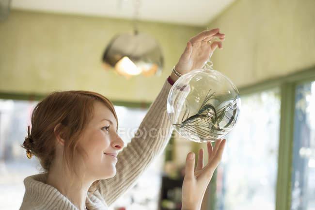 Femme tenant grande sphère en verre — Photo de stock