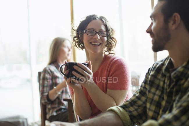 Люди в кафе — стоковое фото